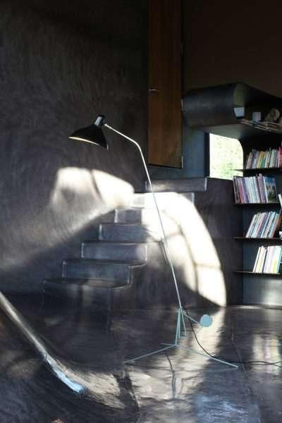 Mantis BS1 floorlamp Zwart-satijn in donkere kamer