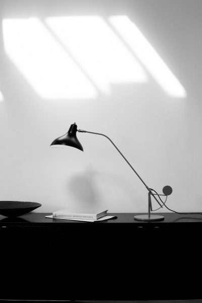 Mantis BS3 bureaulamp Zwart-satijn op bureau 2