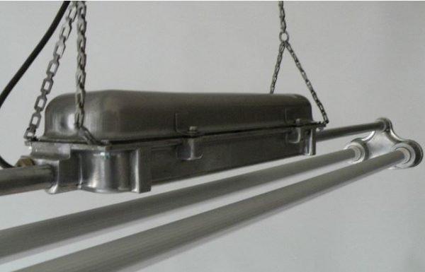 TL LED balk industriele hanglamp detail