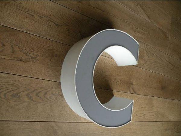 letterlamp grijs wit C 2