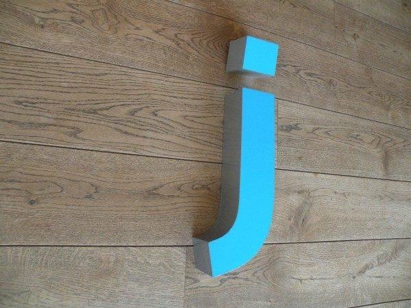 Letterlamp blauw j zijkant 2