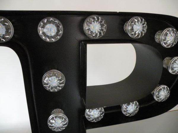 letterlamp bakletter P voorkant detail