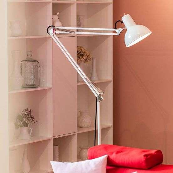 Midgard staande lamp BINK wit in woonkamer
