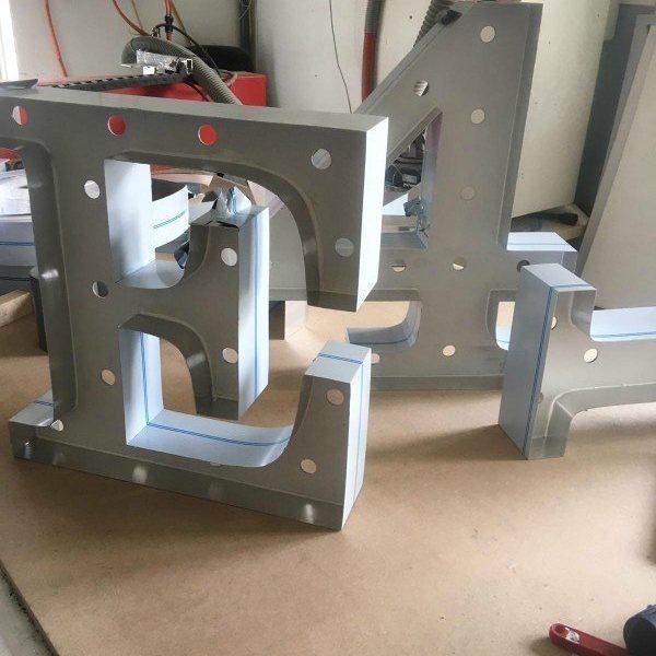 Letterlamp E in productie